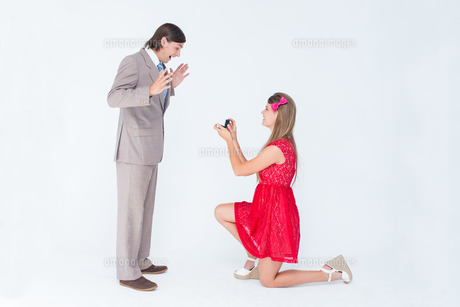 Pretty hipster on bended knee doing a marriage proposal to her boyfriendの写真素材 [FYI00006397]