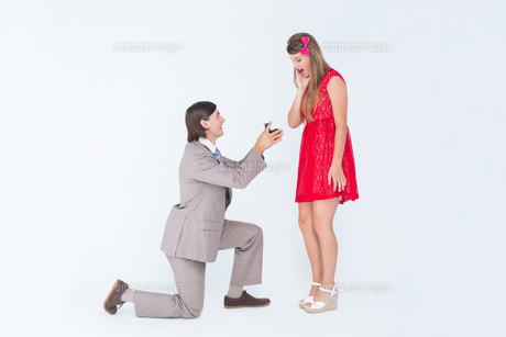Hipster on bended knee doing a marriage proposal to his girlfriendの写真素材 [FYI00006399]