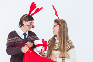 Happy geeky hipster couple holding presentの写真素材 [FYI00006417]