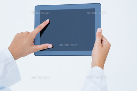 Doctor using tablet pcの素材 [FYI00006462]