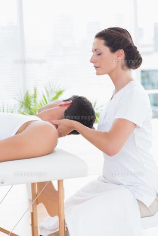 Man receiving neck massageの素材 [FYI00006477]