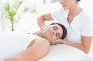 Man receiving neck massageの写真素材 [FYI00006481]