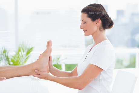 Physiotherapist doing foot massageの写真素材 [FYI00006482]