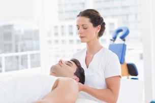 Man receiving neck massageの写真素材 [FYI00006483]