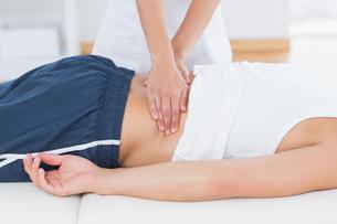 Physiotherapist doing back massageの写真素材 [FYI00006484]