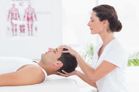Man receiving head massageの写真素材 [FYI00006485]