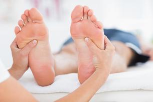 Man having feet massageの写真素材 [FYI00006486]