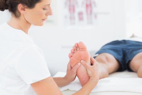 Man having foot massageの写真素材 [FYI00006487]