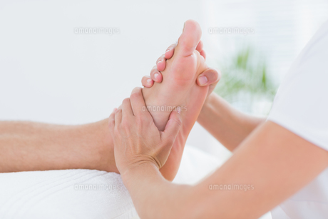 Physiotherapist doing foot massageの写真素材 [FYI00006488]