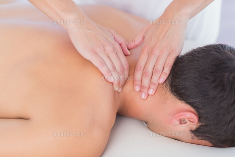 Physiotherapist doing neck massage to her patientの素材 [FYI00006489]