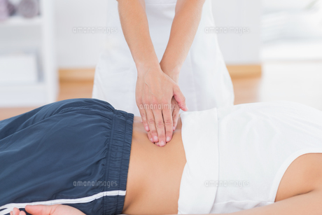 Physiotherapist doing back massageの写真素材 [FYI00006493]