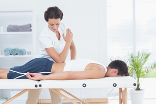 Physiotherapist doing back massageの写真素材 [FYI00006494]