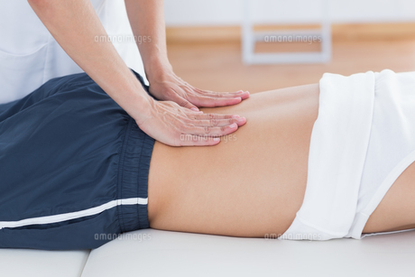 Physiotherapist doing back massageの写真素材 [FYI00006495]