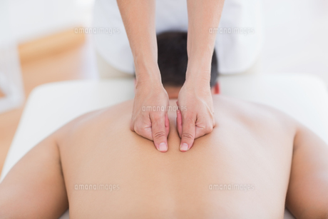 Physiotherapist doing back massage to her patientの写真素材 [FYI00006496]