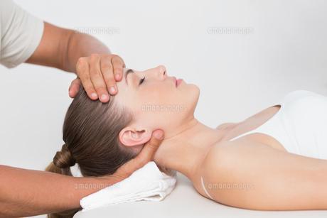 Woman receiving neck massageの写真素材 [FYI00006498]