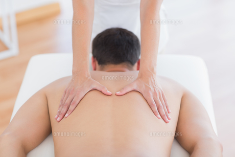 Physiotherapist doing back massage to her patientの写真素材 [FYI00006502]