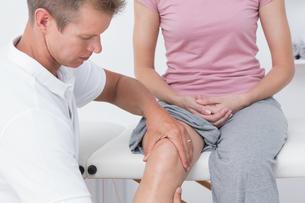 Doctor examining his patient kneeの写真素材 [FYI00006506]