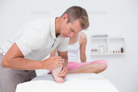 Woman having foot massageの素材 [FYI00006512]