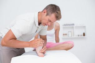 Woman having foot massageの写真素材 [FYI00006512]
