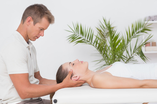 Woman receiving neck massageの写真素材 [FYI00006513]