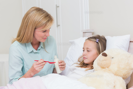Mother giving her daughter cough medicineの写真素材 [FYI00006519]