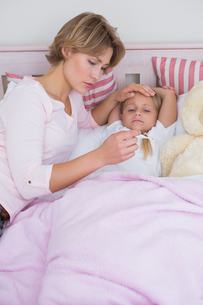 Mother taking the temperature of sick daughterの写真素材 [FYI00006538]