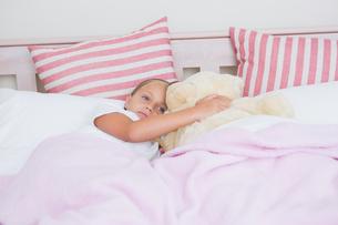 Cute little girl lying in bedの写真素材 [FYI00006541]