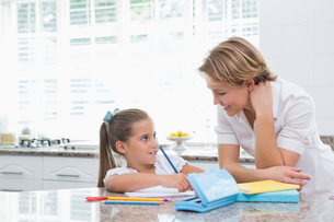 Mother and daughter doing homeworkの写真素材 [FYI00006556]