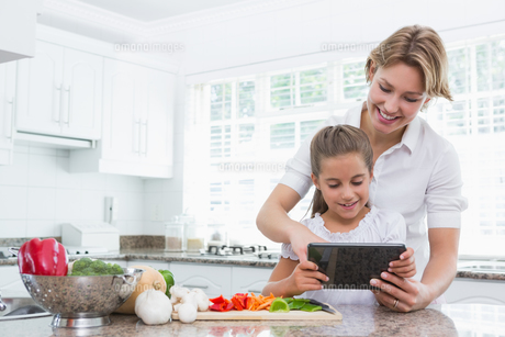Mother and daughter preparing vegetablesの写真素材 [FYI00006562]