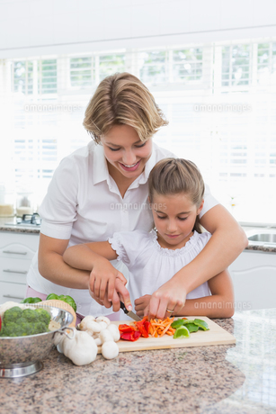 Mother and daughter preparing vegetablesの写真素材 [FYI00006563]