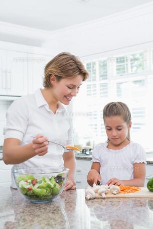 Mother and daughter preparing vegetablesの写真素材 [FYI00006564]