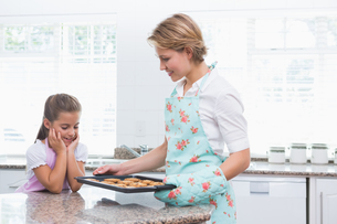 Mother and daughter with hot fresh cookiesの写真素材 [FYI00006567]
