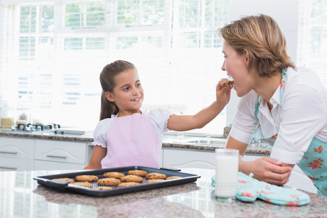 Mother and daughter with hot fresh cookiesの写真素材 [FYI00006568]
