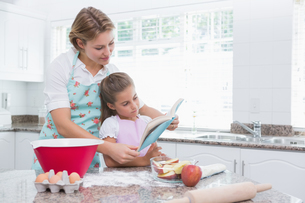 Mother and daughter baking togetherの写真素材 [FYI00006569]