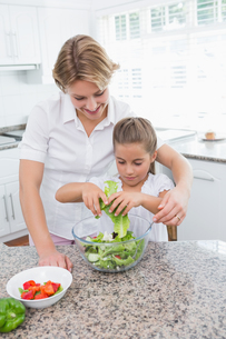 Mother and daughter preparing saladの写真素材 [FYI00006570]