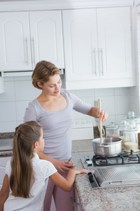 Mother and daughter cooking togetherの写真素材 [FYI00006571]