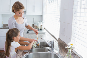 Mother and daughter washing upの写真素材 [FYI00006574]