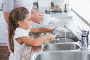 Mother and daughter washing upの写真素材 [FYI00006575]