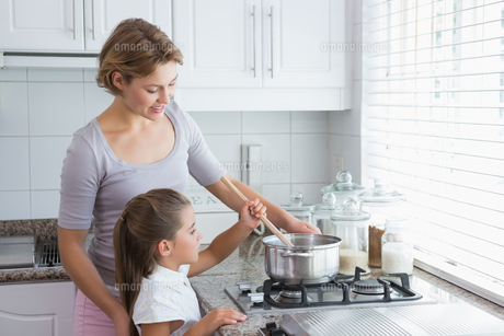 Mother and daughter cooking togetherの写真素材 [FYI00006576]