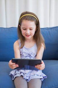 Little girl using tablet pcの素材 [FYI00006582]