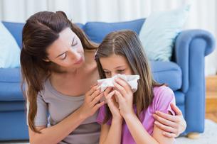 Mother helping daughter blow her noseの写真素材 [FYI00006587]