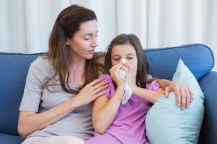 Mother helping daughter blow her noseの写真素材 [FYI00006590]