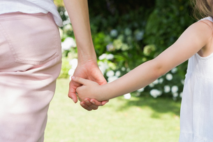 Mother and daughter holding handsの写真素材 [FYI00006600]