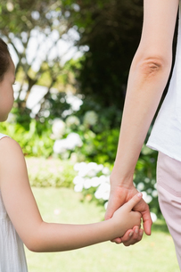 Mother and daughter holding handsの写真素材 [FYI00006602]