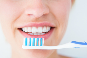 Pretty woman holding toothbruchの写真素材 [FYI00006605]