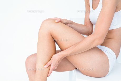Fit woman with knee painの写真素材 [FYI00006635]