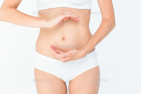 Woman with hands on bellyの素材 [FYI00006636]