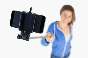 Casual brunette taking a selfieの写真素材 [FYI00006653]