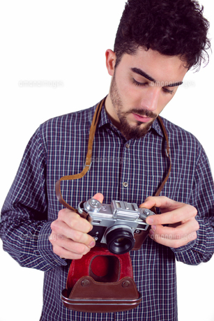 Casual man holding his cameraの写真素材 [FYI00006655]