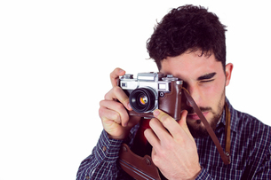 Casual man taking a photoの写真素材 [FYI00006656]